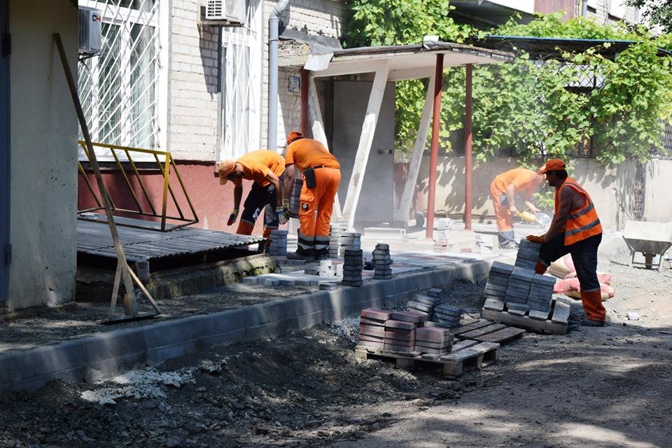 У Луцьку тривають ремонтні роботи дворових територій. ФОТО