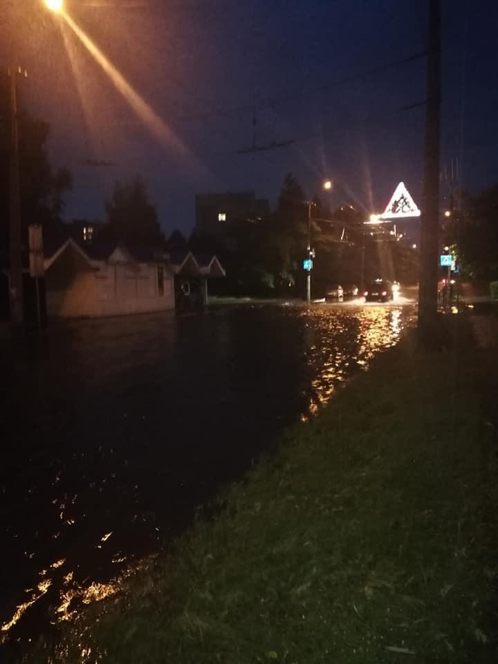 У Луцьку через відсутність дощової каналізації вчергове затопило вулицю. ФОТО