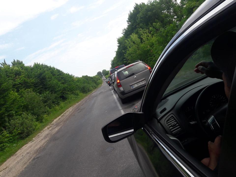 На Волині люди стоять у 15-кілометрових заторах на дорозі зі Світязя