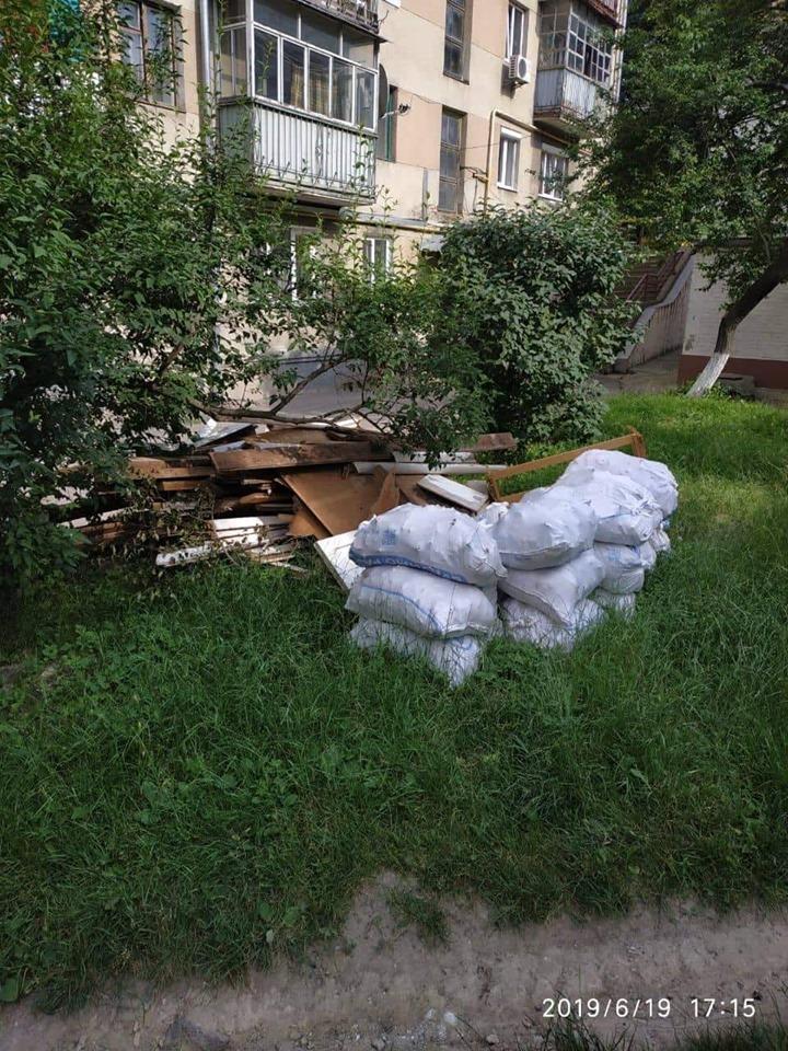 У Луцьку чоловік викидав будівельне сміття та інший непотріб прямо під будинок