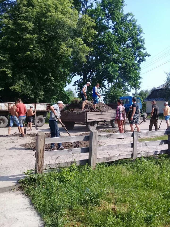 На Волині люди власноруч розпочали ремонт сільської дороги. ФОТО