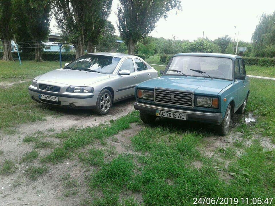 У Луцьку продовжують штрафувати «автохамів», які паркуються на зелених насадженнях. ФОТО
