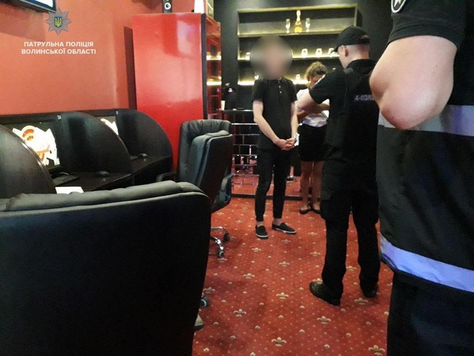 У двох луцьких інтернет-закладах затримали чоловіків з невідомими речовинами