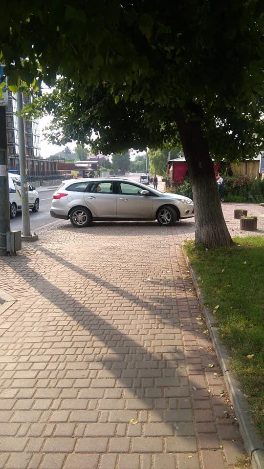 На Волині поліцейські не звертають уваги на припаркованого «автохама»