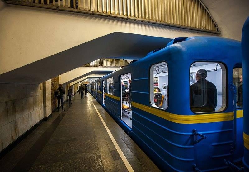 У київському метро потяг зачепив чоловіка, який впав на платформу