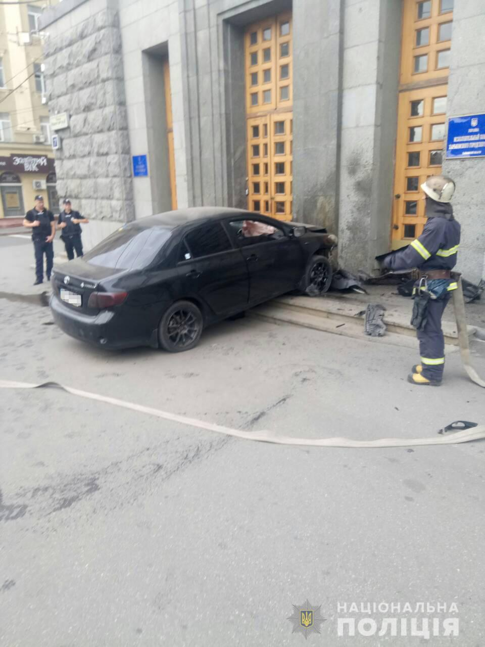 ДТП у Харкові: у будівлю міськради в'їхало авто