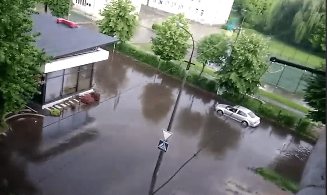 У Луцьку затопило вулицю. ВІДЕО