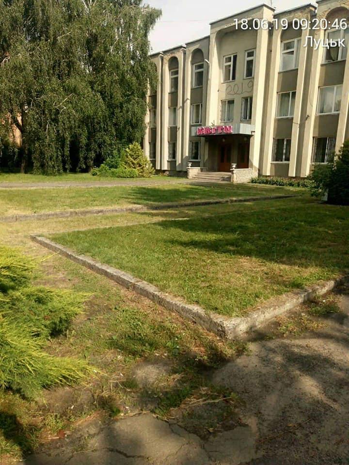Луцькі муніципали змушують порушників правил благоустрою скосити траву