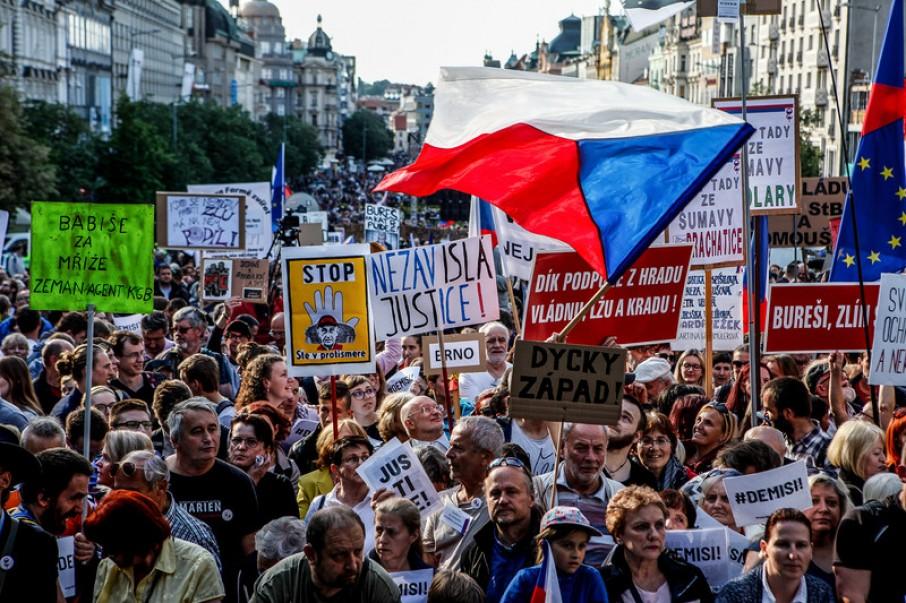У Празі десятки тисяч людей вийшли на антиурядовий протест