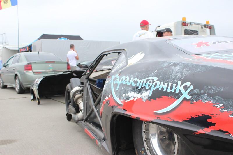 Потужні автомобілі, драйв і швидкість: у Луцьку відбулись професійні змагання з драг-рейсингу. ФОТО