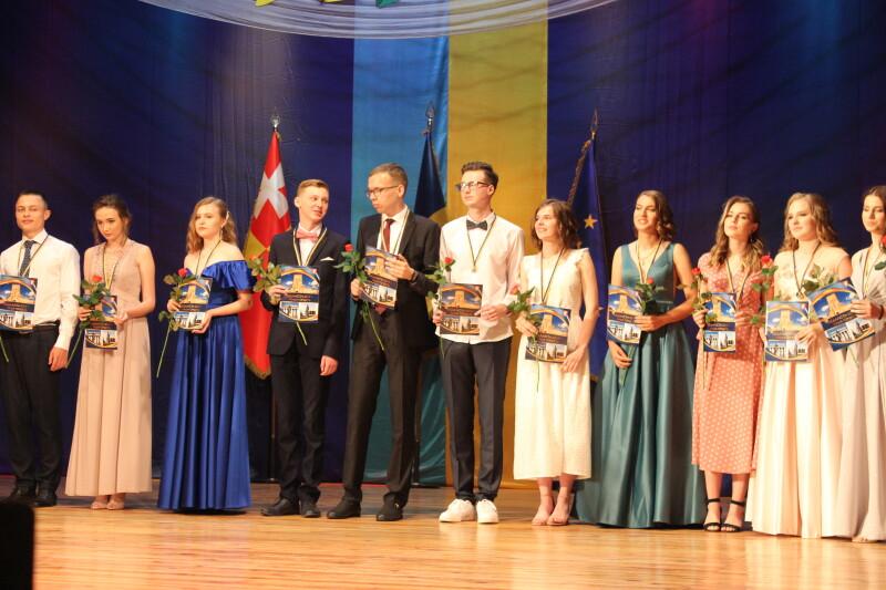 Кращим випускникам луцьких шкіл вручили медалі. ФОТО