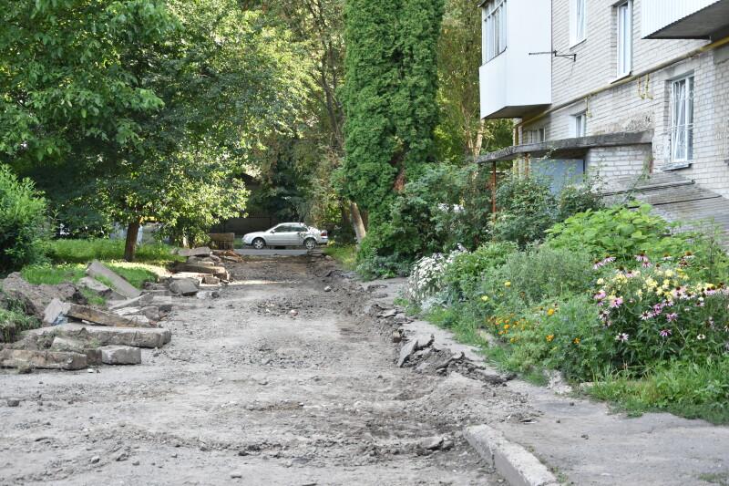 У Луцьку витратять півтора мільйона гривень на ремонт прибудинкової території. ФОТО