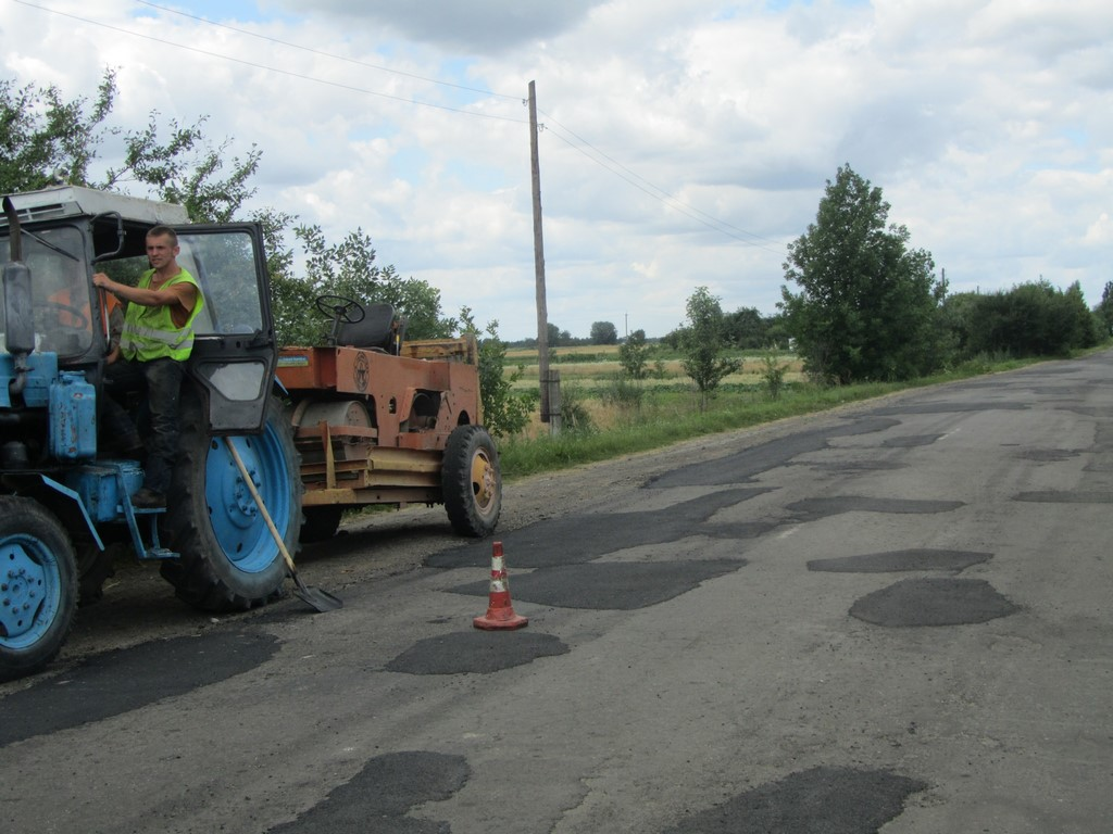На Волині ремонтують дорогу між районними центрами