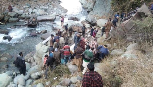 В Індії автобус впав в ущелину, 32 загиблих