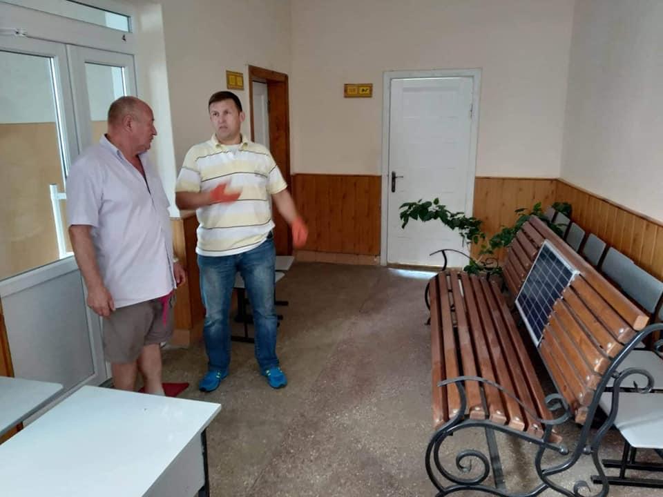 У Ковелі біля однієї із шкіл встановили лавку із сонячними панелями
