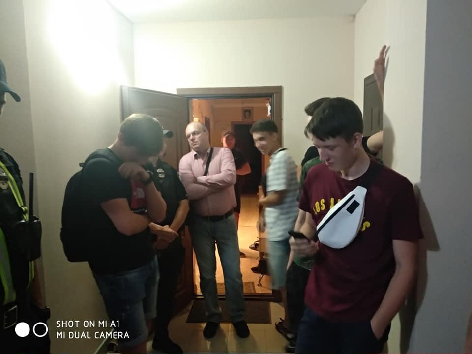 У Луцьку п'яні юнаки показували геніталії дітям та слухали російський гімн. ФОТО. ВІДЕО