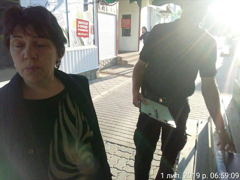 У Луцьку виявили жінку, яка не вперше продає горілку сумнівної якості