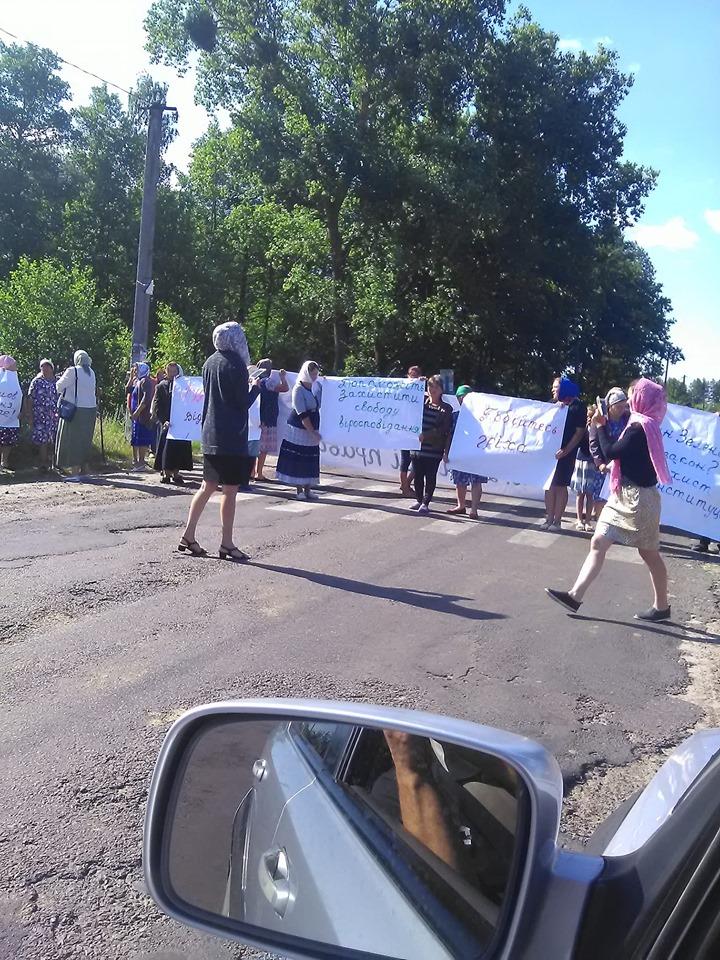 У селі на Волині вимагали повернути Московський Патріархат — перекрили дорогу і не впускали навіть до лікарні