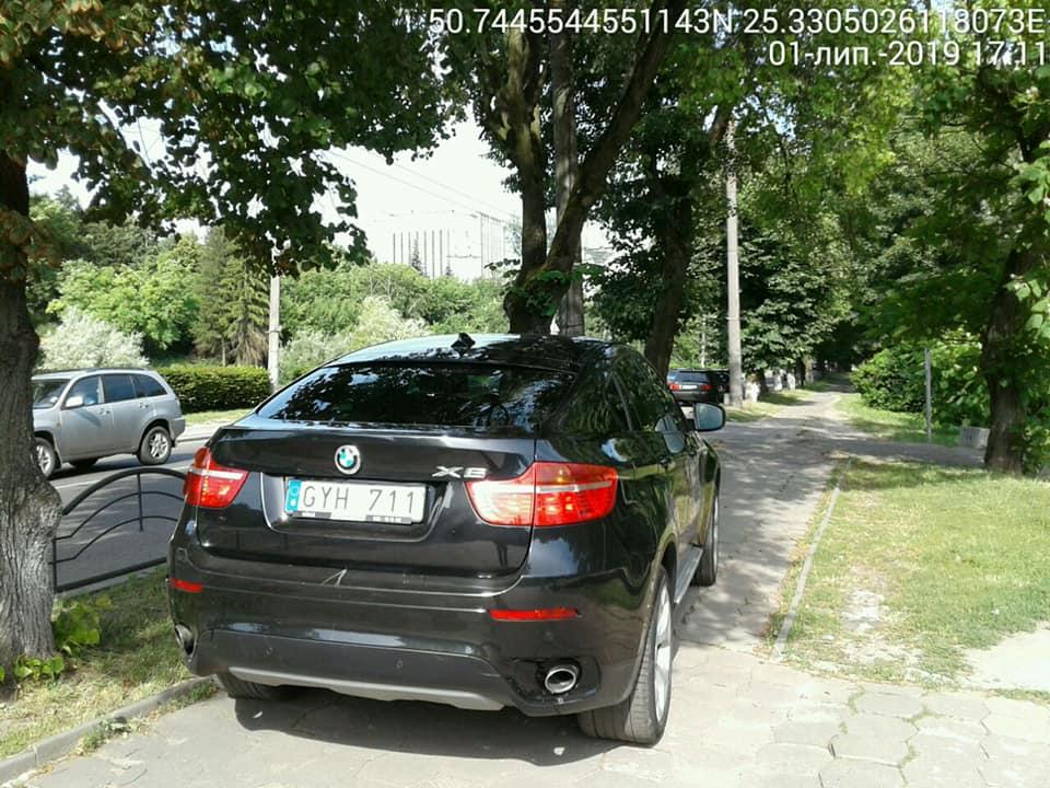 У Луцьку «автохам» припаркувався прямо на пішохідній доріжці