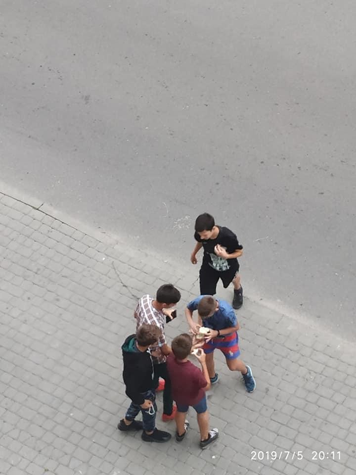 У Луцьку нарікають на дітей, які обпльовують під'їзди