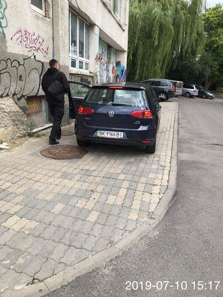 У Луцьку продовжують штрафувати порушників правил паркування