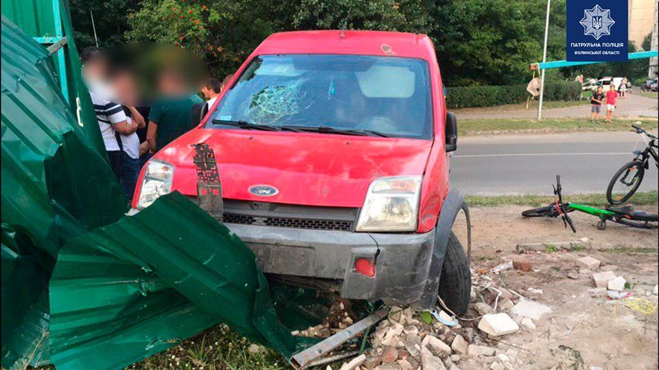 У Луцьку п'яний водій протаранив паркан і потрапив до лікарні