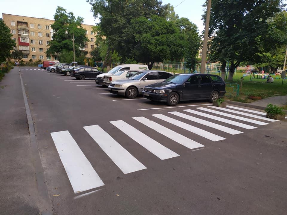 У Луцьку на одній із вулиць відновили розмітку пішохідних переходів та парковки. ФОТО