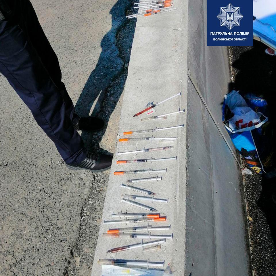 У Луцьку затримали чоловіка з цілим арсеналом наркотиків та десятками шприців. ФОТО