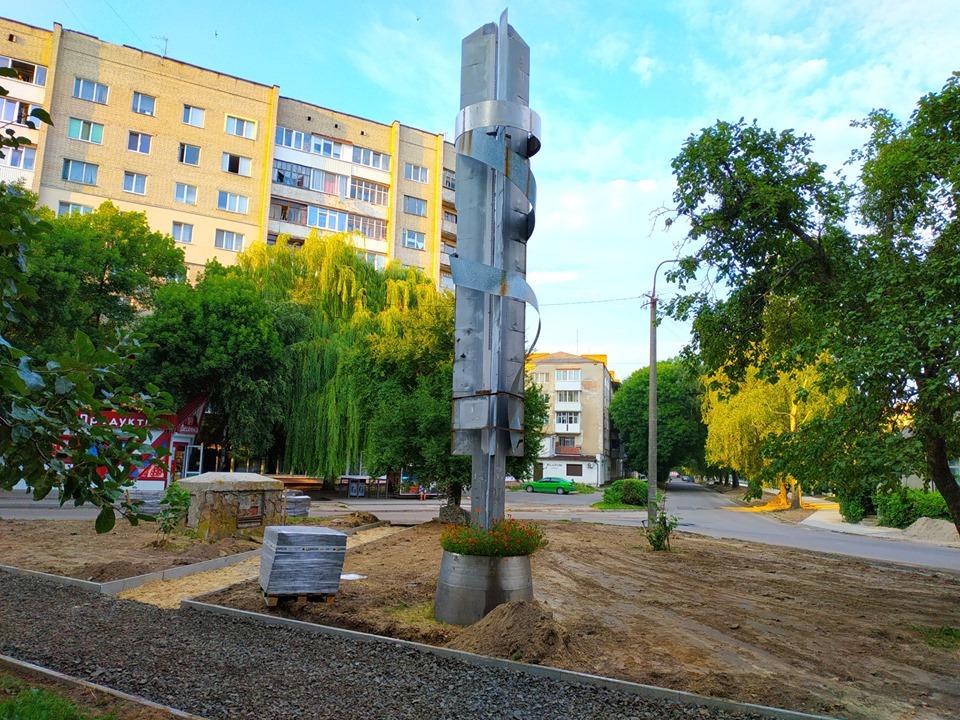 У Луцьку розпочали ремонт території навколо пам'ятника видатному льотчику. ФОТО