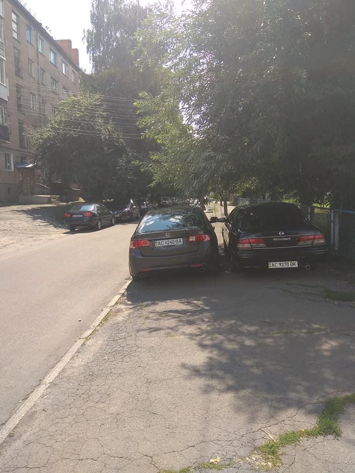 У Луцьку два «автохами» припаркувалися на тротуарі. ФОТО
