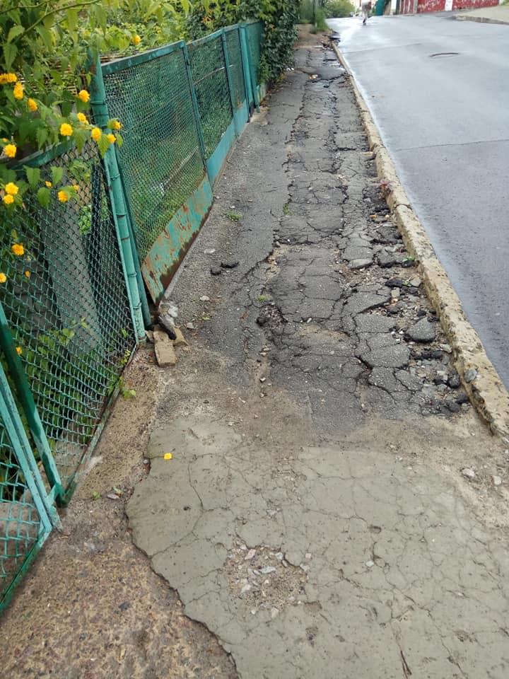 У Луцьку люди скаржаться на розбитий тротуар. ФОТО