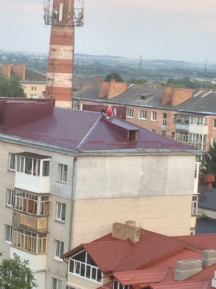 У Луцьку діти розважаються на даху будинку. ФОТО
