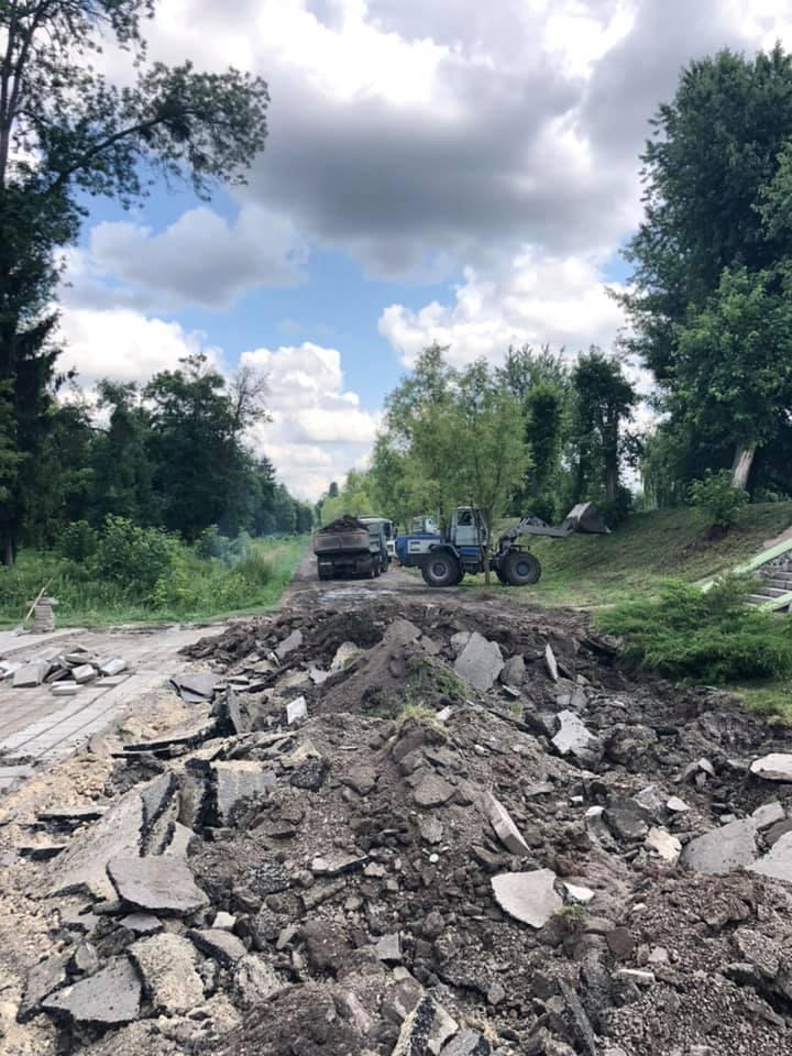 У Луцьку розпочали ремонт алеї в центральному парку