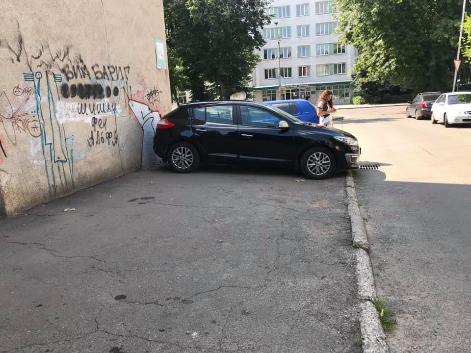 У Луцьку «автохам» припаркувався прямо на тротуарі. ФОТО