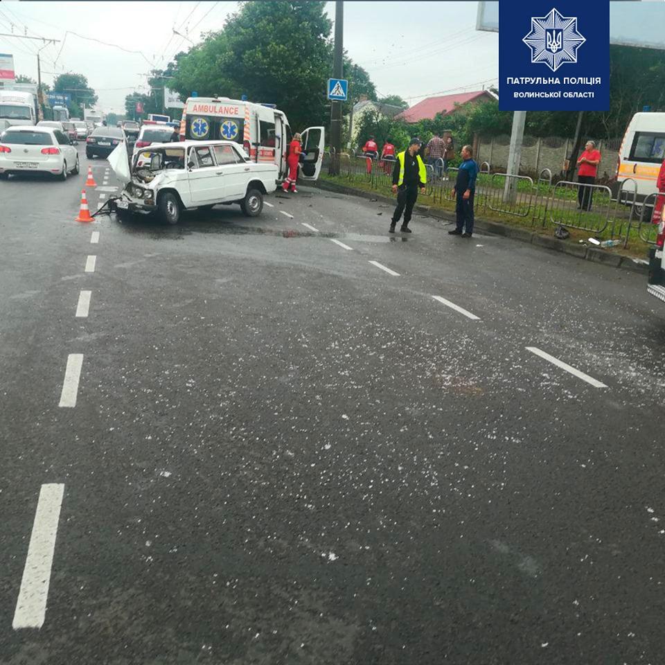 У Луцьку авто влетіло в автобус — є троє потерпілих