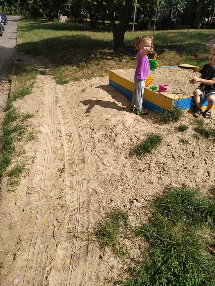 На Волині невідомий їздив по дитячому майданчику біля дітей. ФОТО