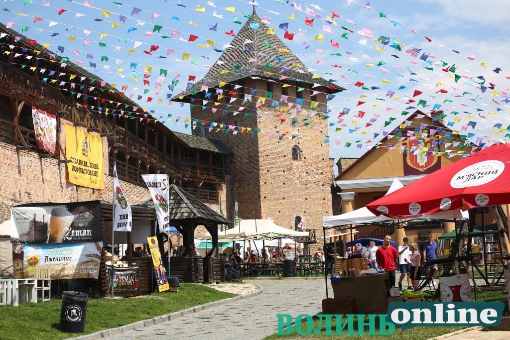 У Луцькому замку відгуляли другий день фестивалю пива і м'яса. ФОТОРЕПОРТАЖ