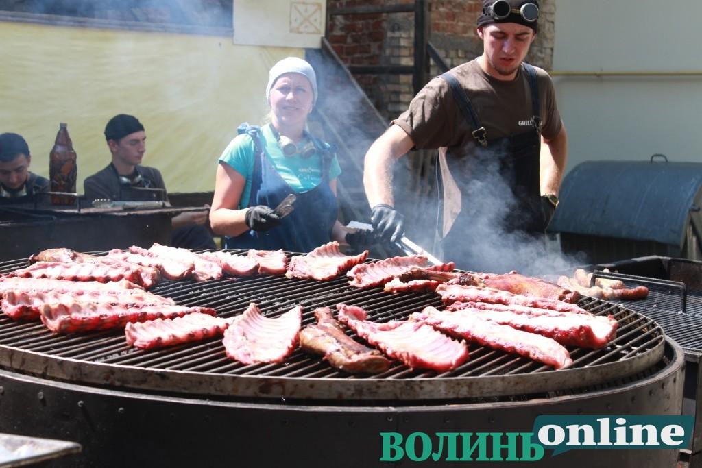 У Луцькому замку триває фестиваль пива та м'яса. ФОТО