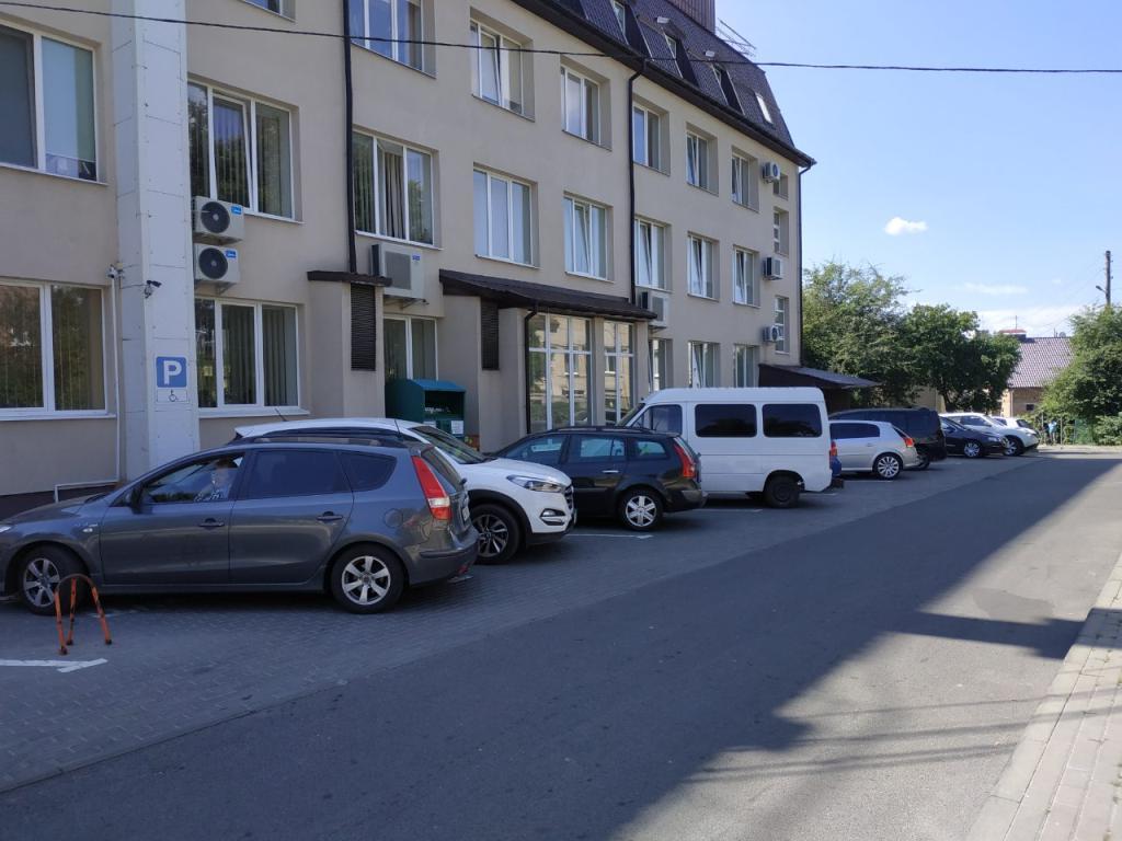 У Луцьку працівники підприємства вимагають виділити місця для паркування автомобілів