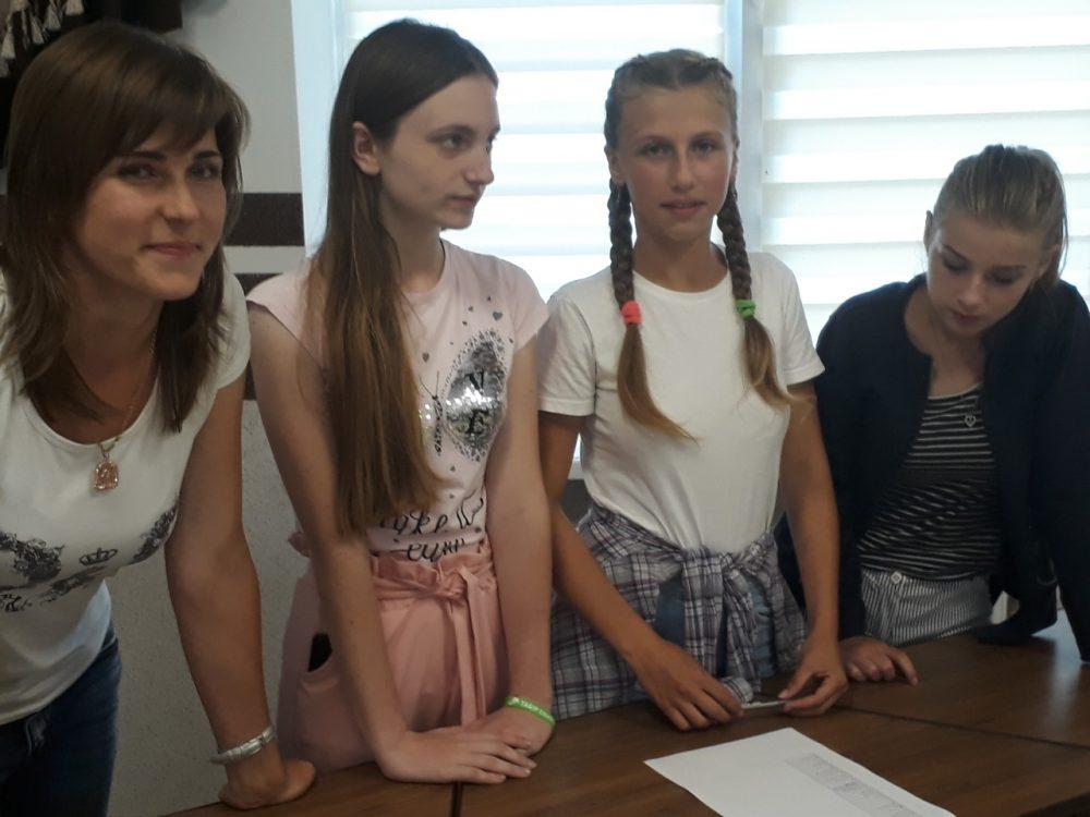 У селі на Волині місцева молодь організувала гру за аналогом відомого шоу «Хто зверху?». ФОТО