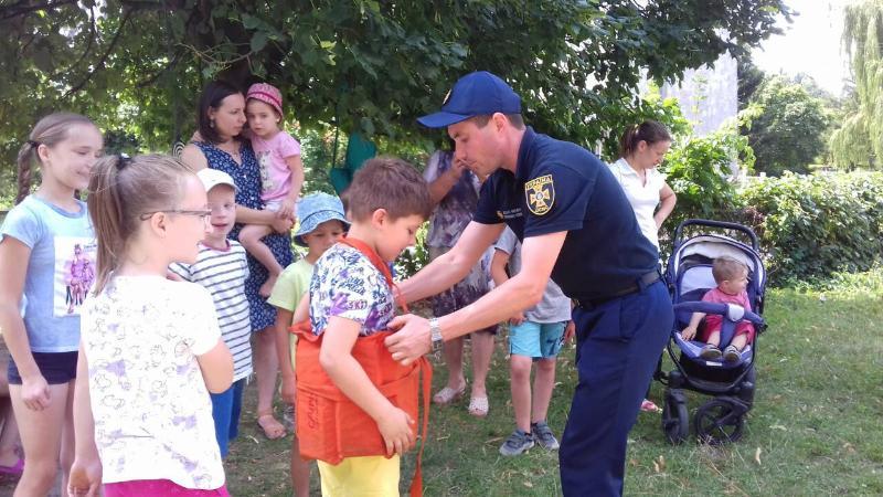 Волинські рятувальники навчали відвідувачів луцької бібліотеки правилам безпеки