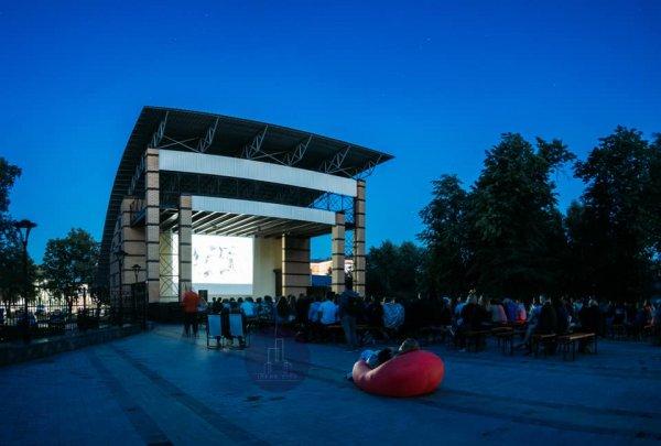У місті на Волині показують кіно під відкритим небом. ФОТО