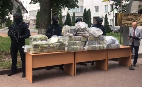 Поліція вилучила майже півтонни кокаїну
