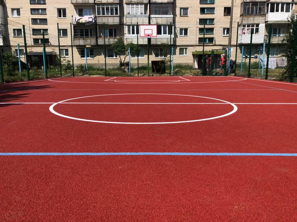 У Луцьку облаштували універсальний спортивний майданчик