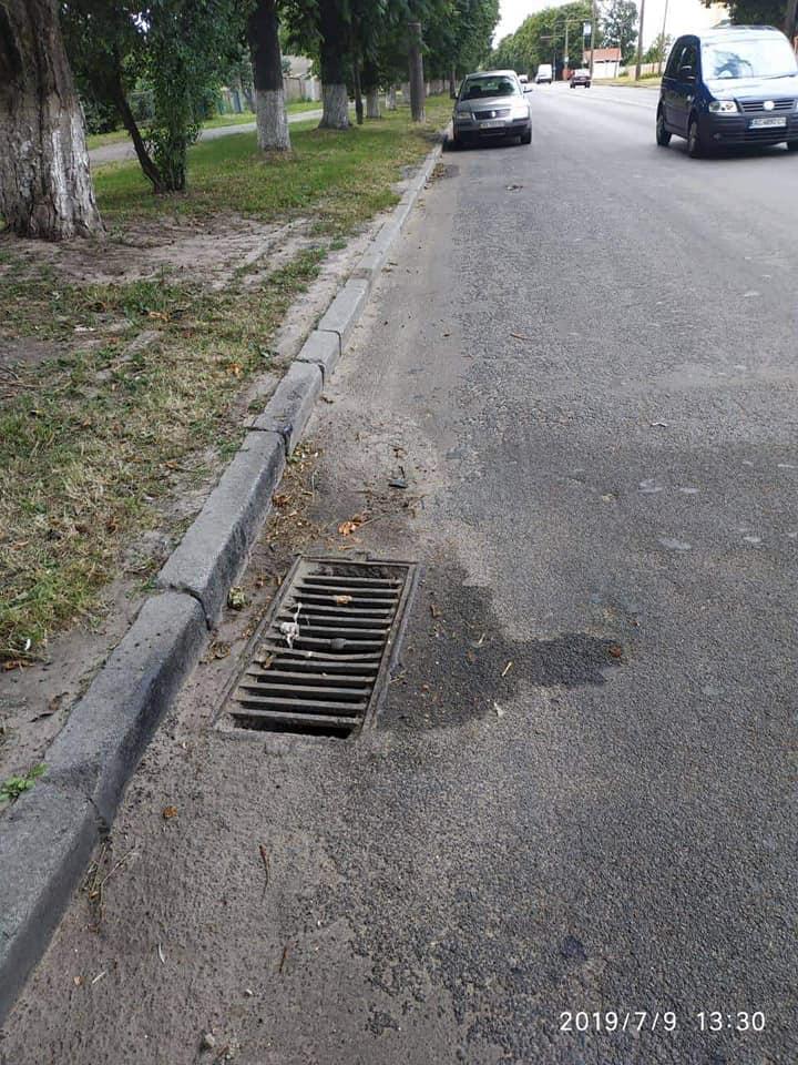 У Луцьку жінка зливала в каналізацію рідину з їдким запахом. ФОТО