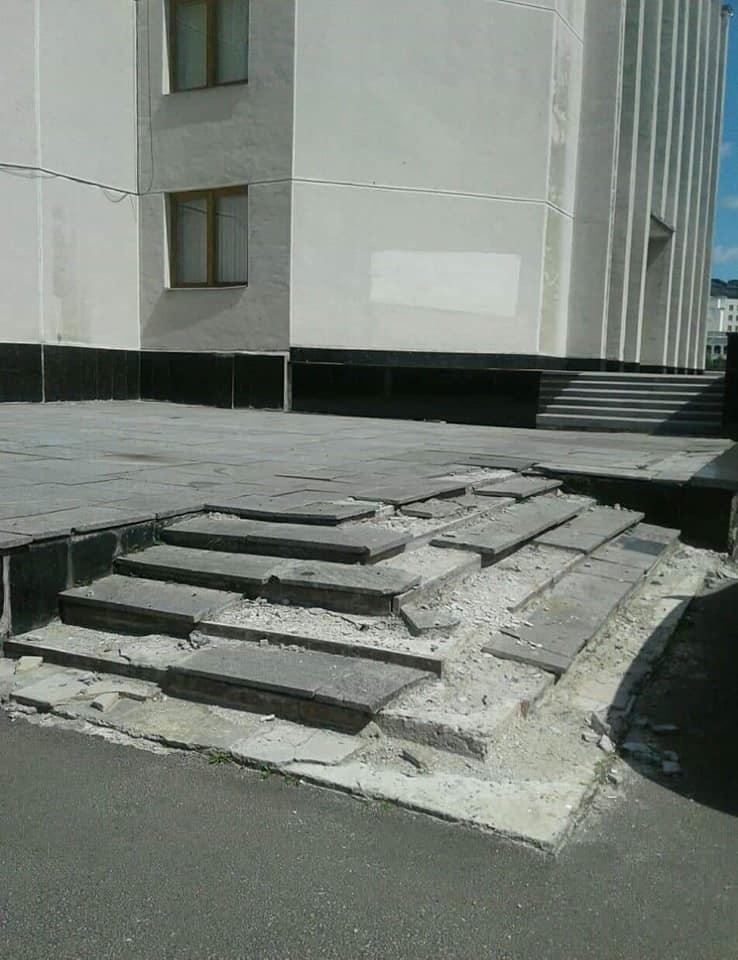 Жахливий стан сходів та провалля на бруківці біля Волинської ОДА. ФОТО