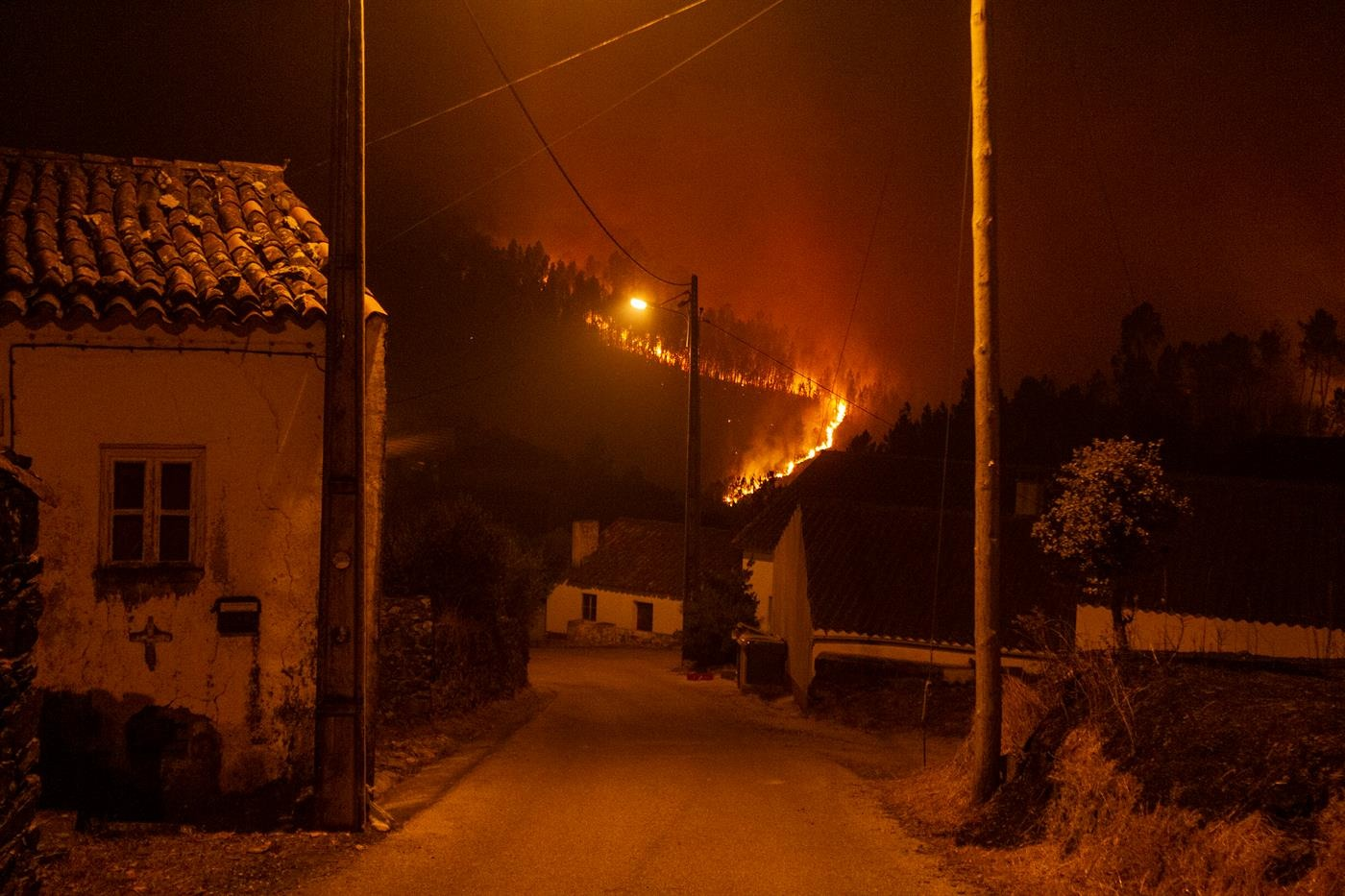 Сильні пожежі на сході Португалії: 20 постраждалих