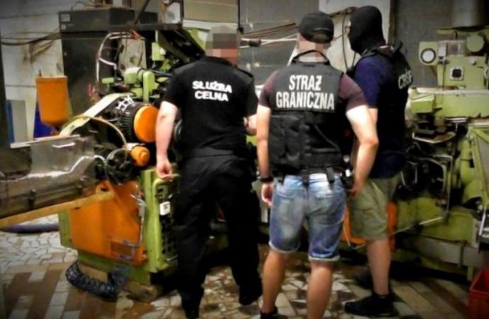 У Польщі на нелегальній цигарковій фабриці затримали 12 українців