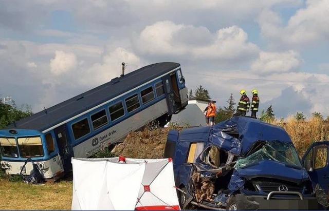 У Чехії загинула заробітчанка в автобусі, що в'їхав у трамвай. ВІДЕО