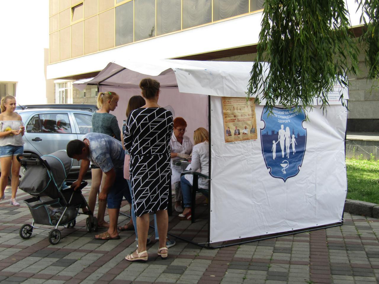 У Луцьку охочих безкоштовно обстежили на гепатит та ВІЛ